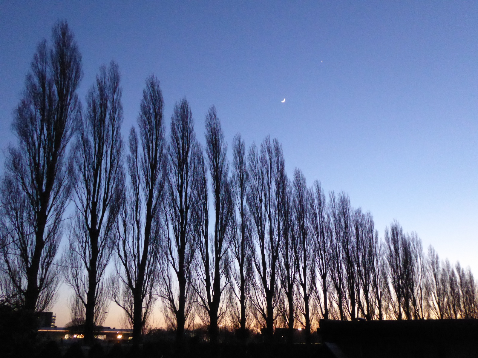 Moon-and-Venus-align-270220